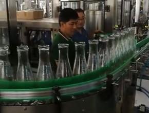 汇源果汁1.8升广口瓶30头全自动翻转式冲瓶机,自动分线机